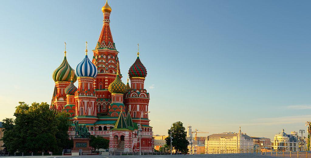 Acércate a la Plaza Roja y admira la belleza del Kremlin, símbolo de la ciudad