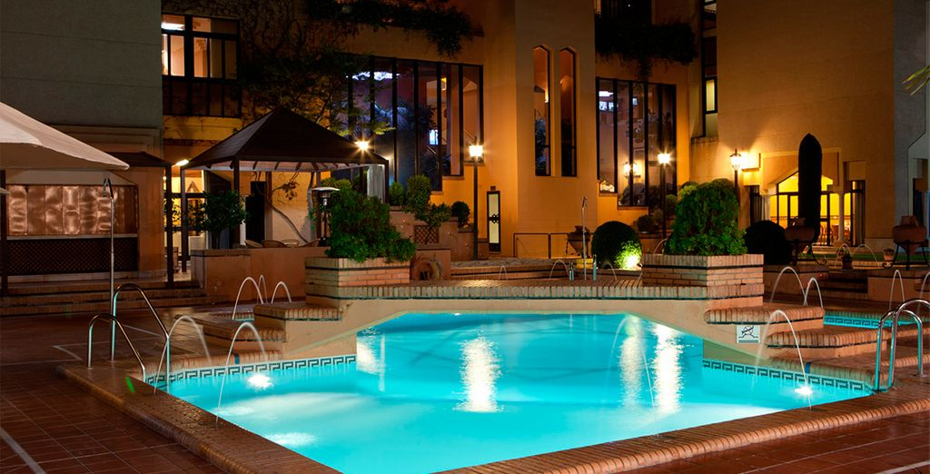 La piscina iluminada por la noche