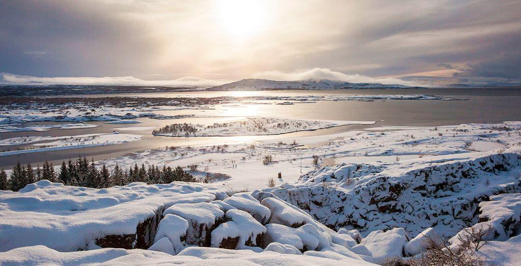 Antes de regresar a Reykjavik, tendrás la oportunidad de visitar el Parque Nacional Thingvellir, un lugar realmente fascinante