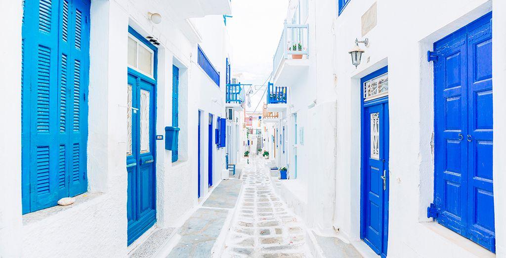 Pasea por sus calles predominadas por los colores blanco y azul