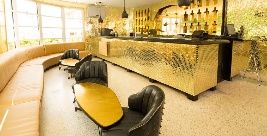 Tome una copa en el bar dorado