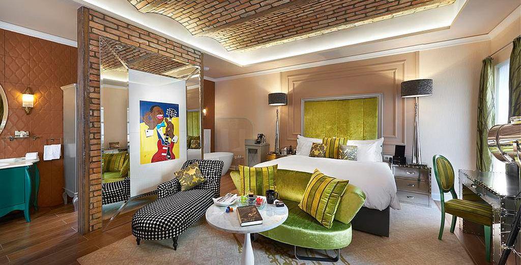 La habitación Aria Signature Large King Bed y balcón con vistas al Music Garden te espera en el Aria Budapest 5*