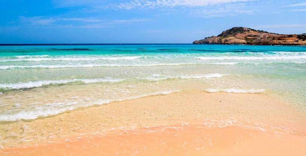 En una fabulosa y extensa playa de arena fina y agua cristalina