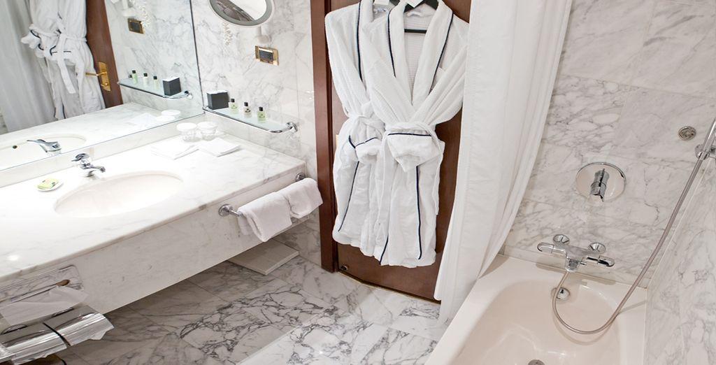 Con baño moderno y privado en la misma