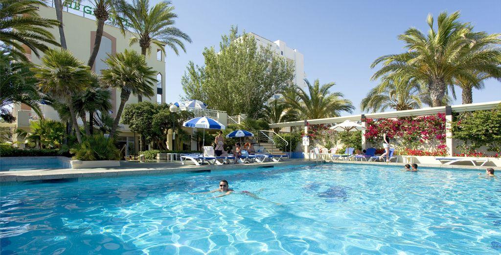 Refrésquese en su gran piscina al aire libre
