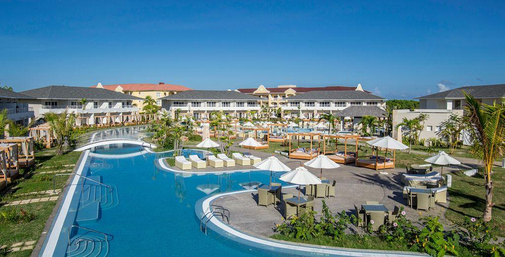 Un resort de 3 grandes piscinas de estilo laguna y 5 piscinas exteriores