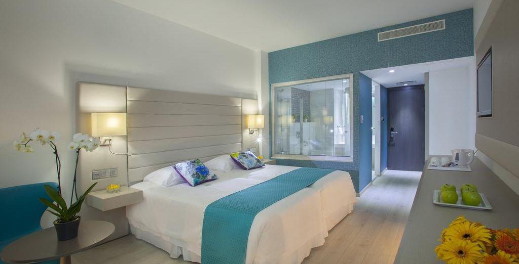 Descansa en una habitación con vistas laterales al mar...