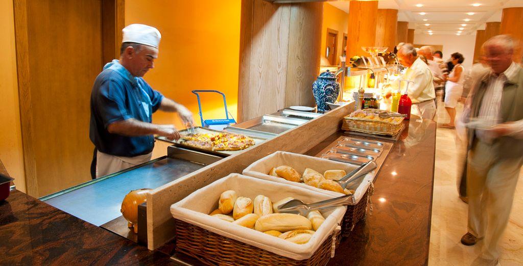 Deguste las extensas especialidades del buffet temátio con cocina en vivo