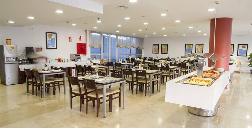 Deguste variada cocina mediterránea en el buffet