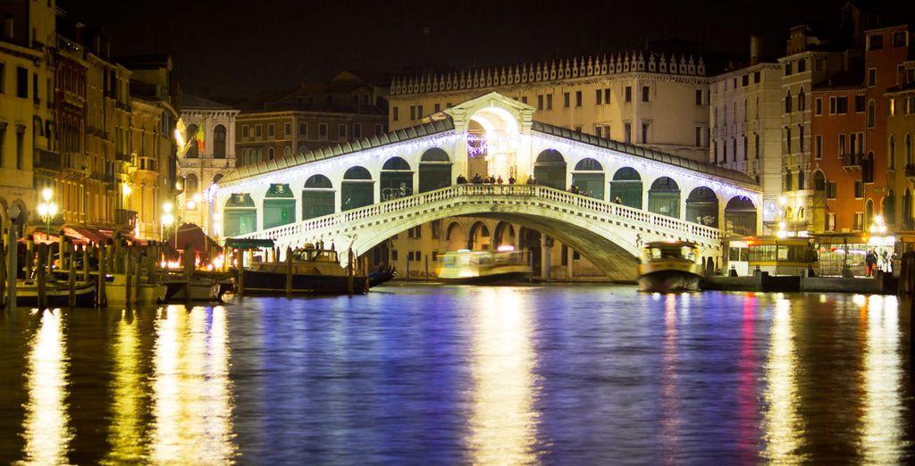 El Puente de Rialto cruza el Gran Canal de Venecia