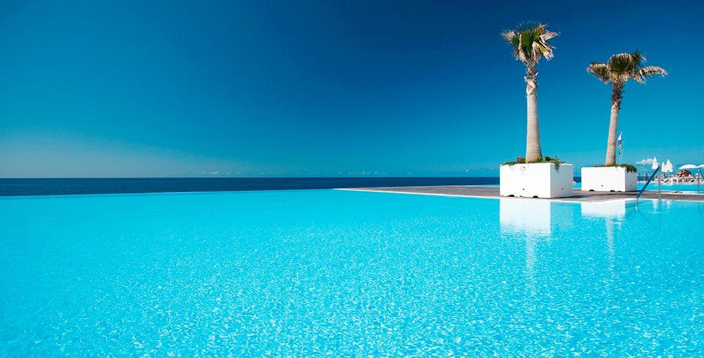 Disfrute de un refrescante baño en la piscina infinity