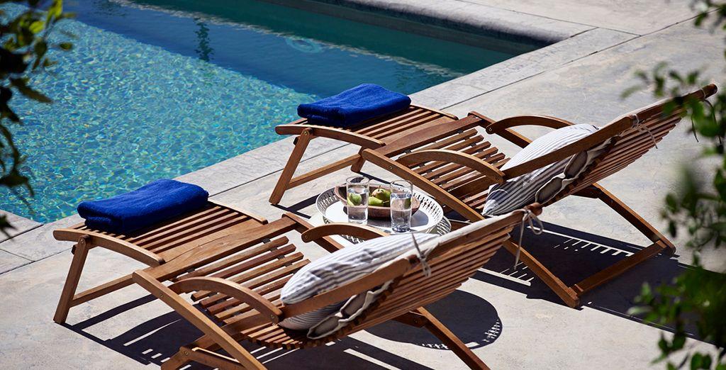 Tome sol al borde de la piscina