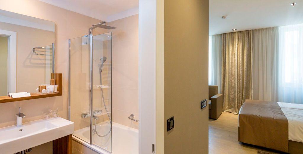 Baño moderno y privado en la habitación
