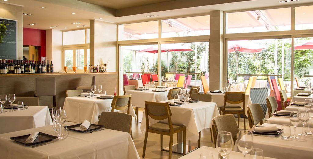 El restaurante lleno de luz natural