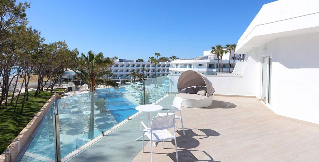 Disfruta de las vistas al mar y de las piscinas del hotel