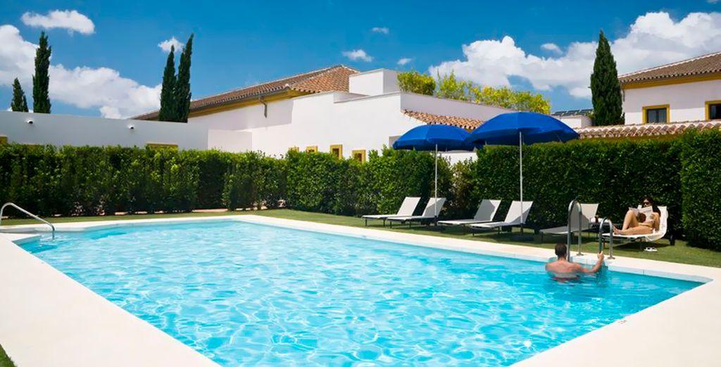 Refrésquese en la piscina al aire libre