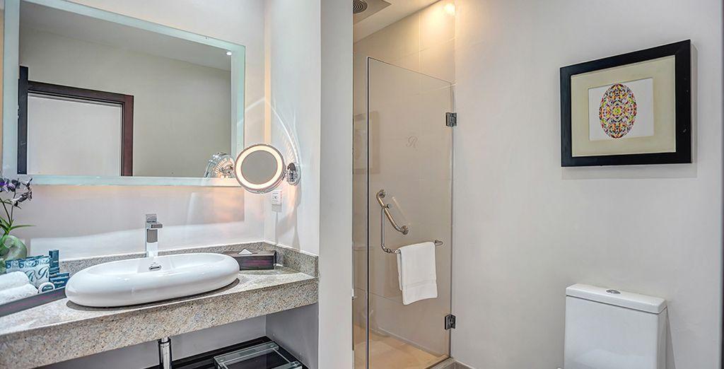 Una habitación equipada con un confortable baño