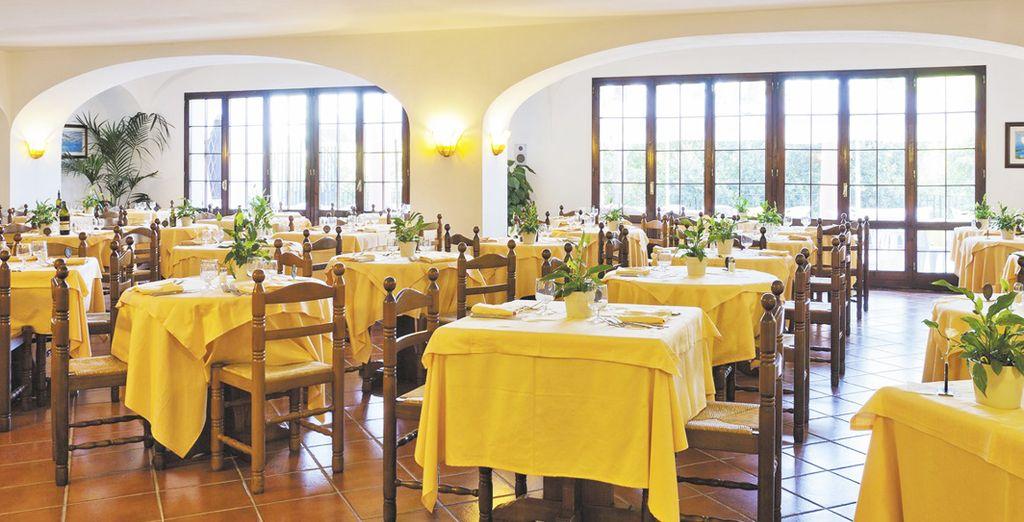 Degusta distintas especialidades gastronómicas en el restaurante del hotel