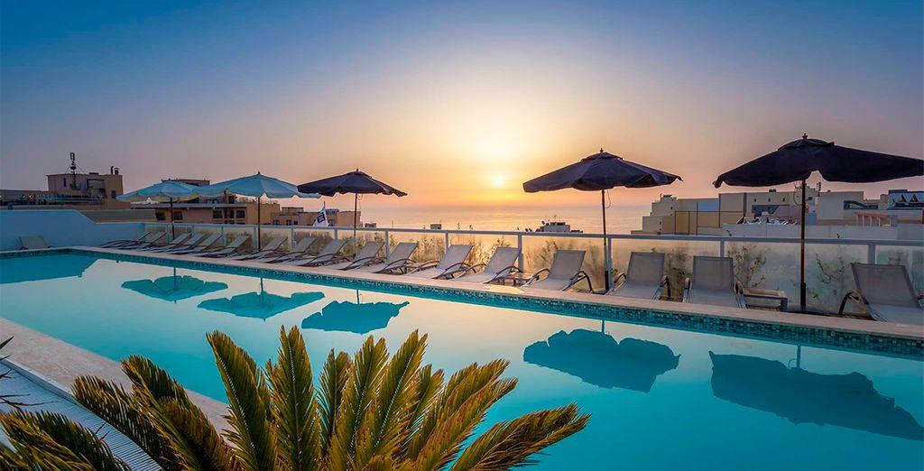Disfruta de espectaculares atardeceres en la terraza del hotel The George 4*