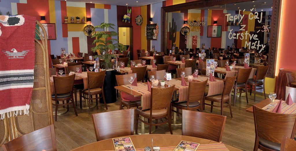 La décoration et les plats colorés du restaurant de l'hôtel... une véritable invitation aux vacances !