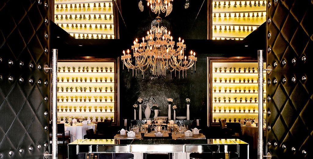Dégustez toutes sortes de spécialités au restaurant dans une ambiance baroque chic...
