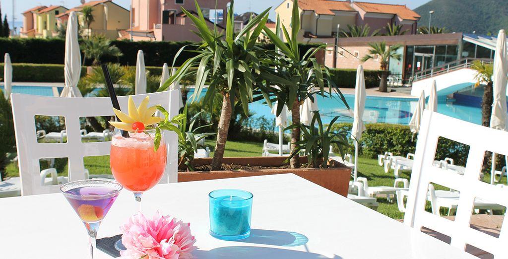 & de vous offrir un délicieux cocktail en terrasse...