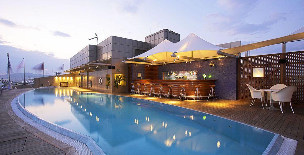 Avec superbe piscine extérieure sur le toit