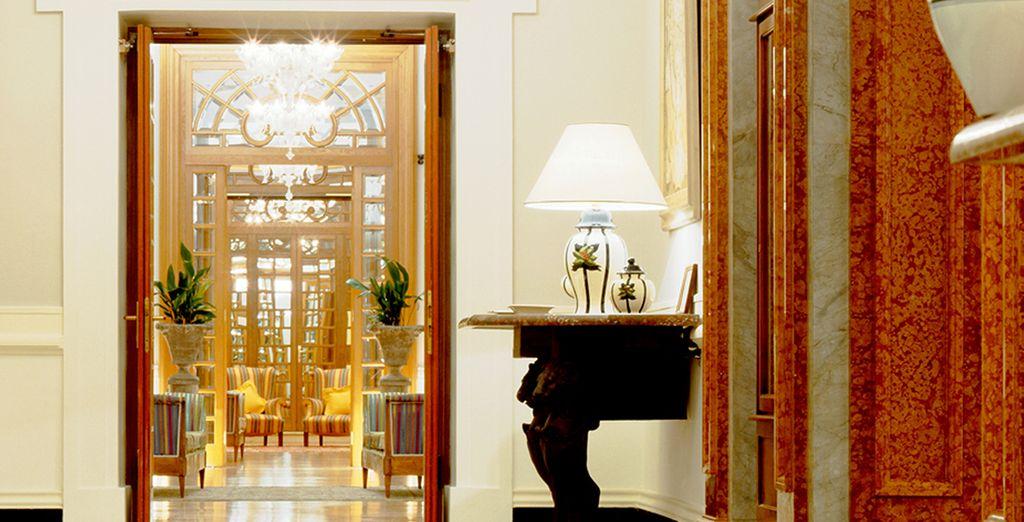 Passez par le splendide lobby...