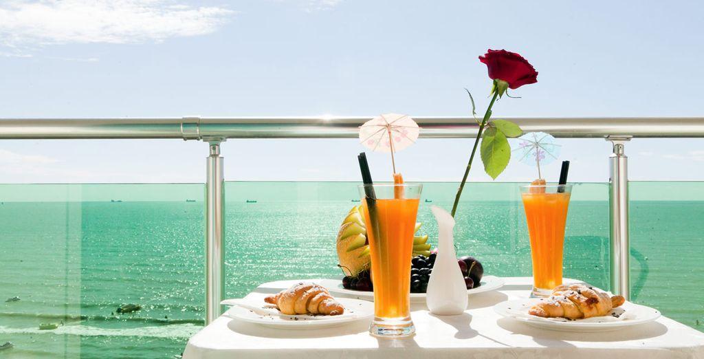 Petit déjeuner buffet avec jus de fruits dans un hôtel de prestige offrant une belle vue sur la mer Adriatique