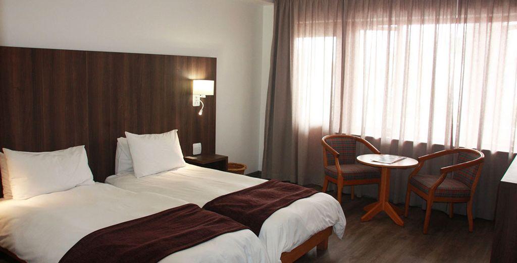 Hôtel de luxe à destination de la Namibie, lit double et espace détente, sélectionné par Voyage Privé