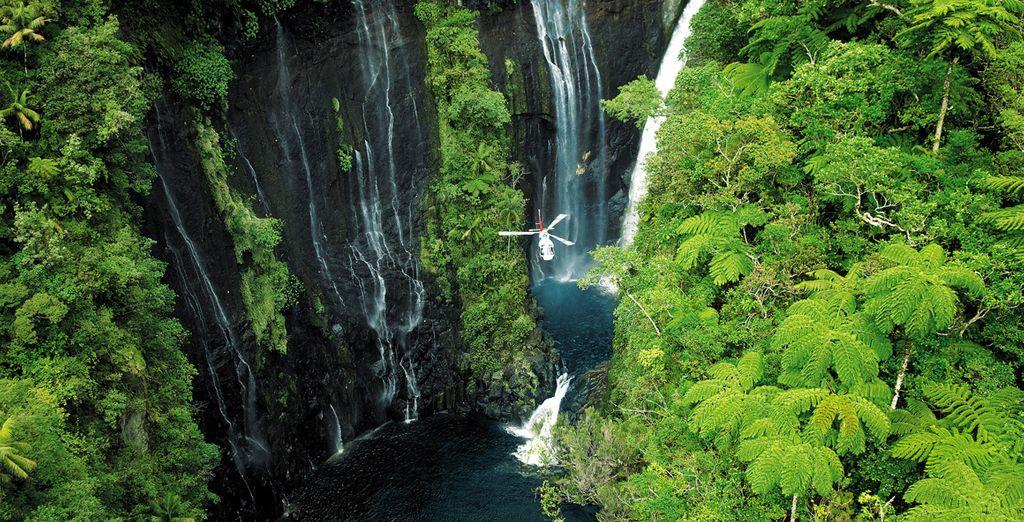 Paysages incontournable de l'île de la Réunion, et chutes d'eau entourée de forêt verdoyante