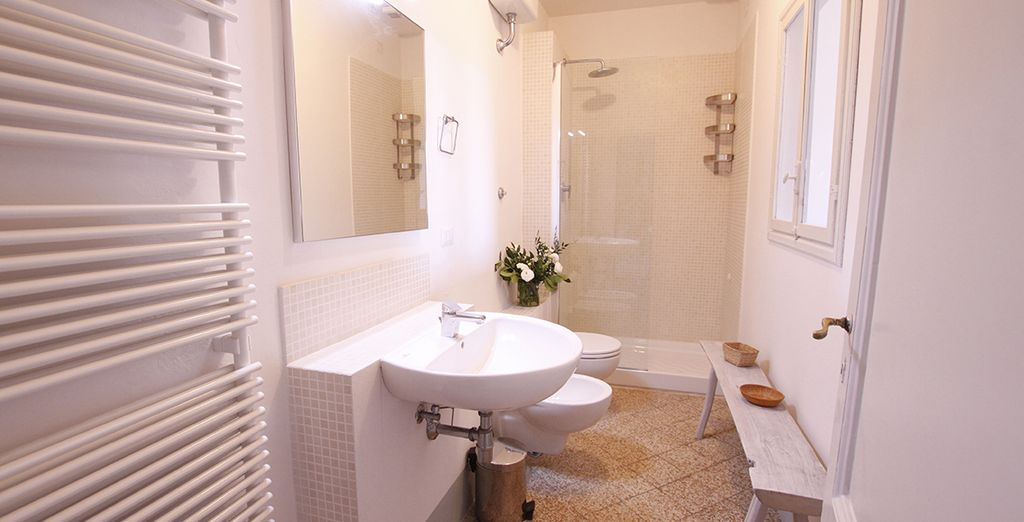 La salle de bains spacieuse et lumineuse