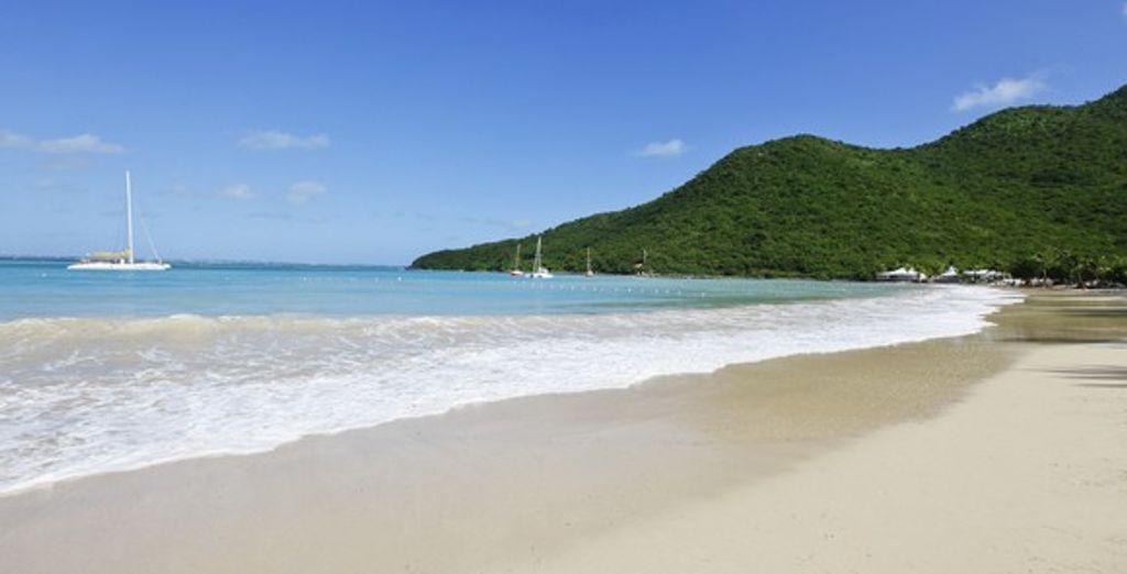 Baladez-vous sur la plage de sable blanc