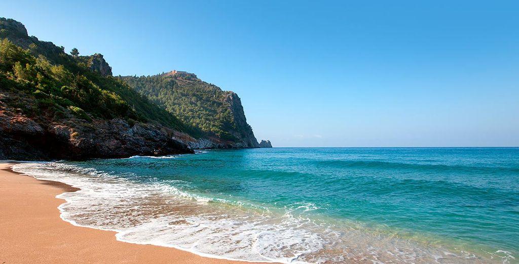 Bains de soleil au bord de la mer Méditerranée