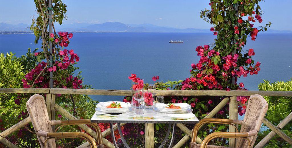 Déjeunez ensuite en terrasse devant ce décor azuré.