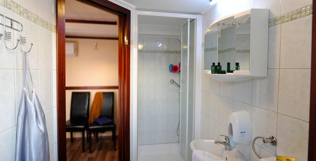 Et profitez du même confort qu'à terre avec une salle de bain tout équipée