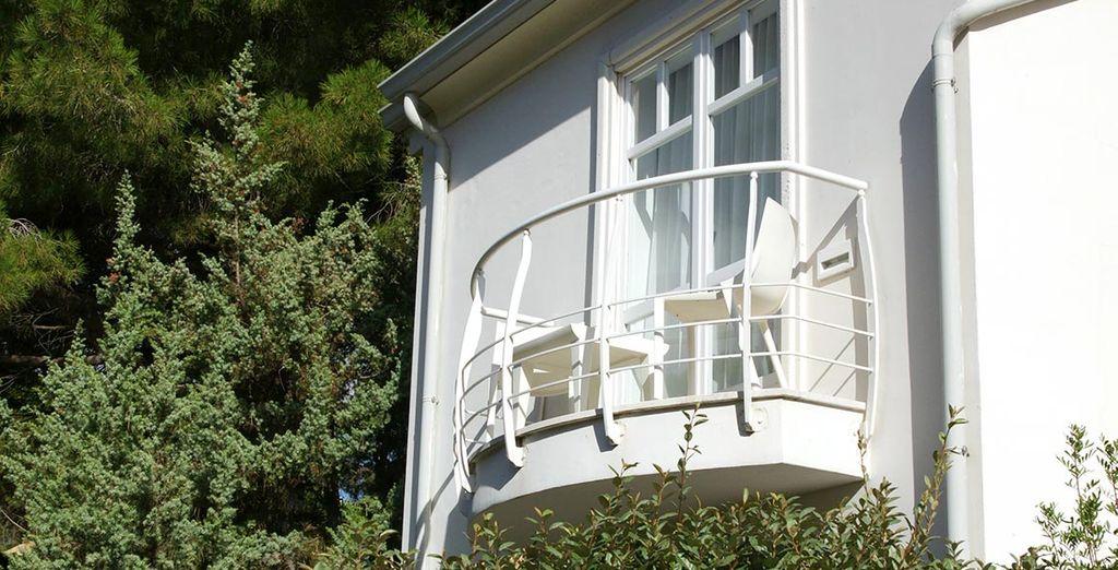 Possédant un balcon avec vue sur les jardins