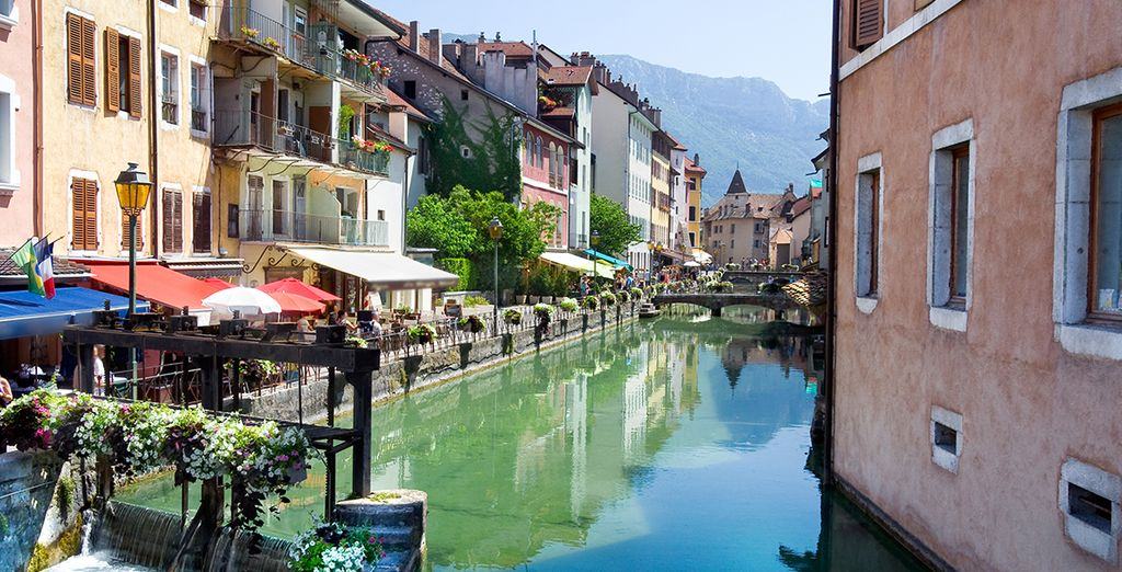 Ruelle d'Annecy verdoyante et canaux