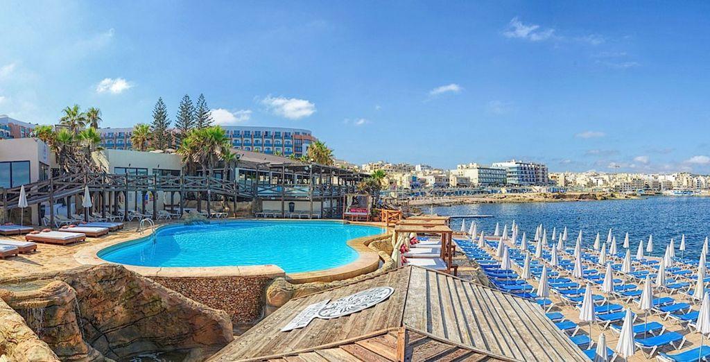 Hôtel haut de gamme à Malte avec piscine, plage et vue sur la mer méditerranée