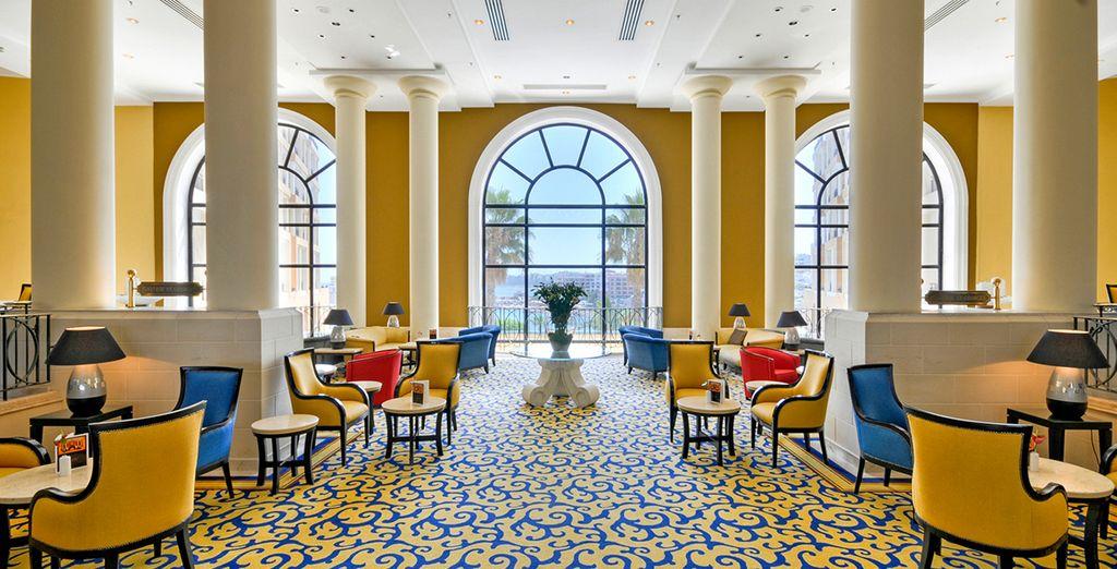 Profitez de moments de convivialité au lobby - Hôtel Corinthia St Georges Bay 5* St Julians