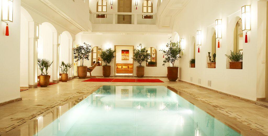 Faites quelques brasses dans la splendide piscine du patio
