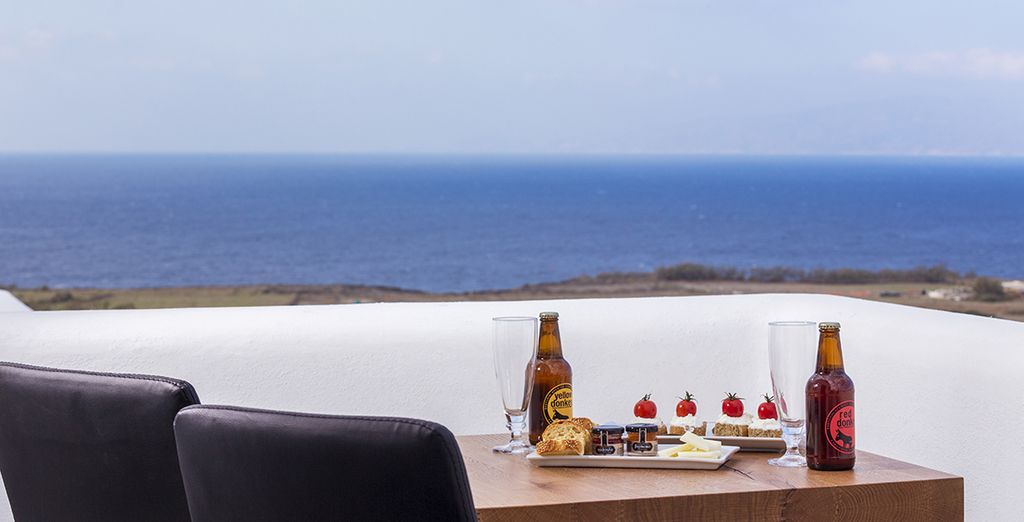 Et savourez votre vue interminable sur la mer Égée, depuis votre balcon