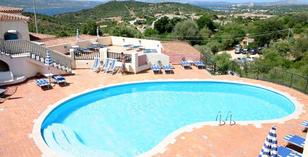 ... l'hôtel Li Graniti possède une belle piscine