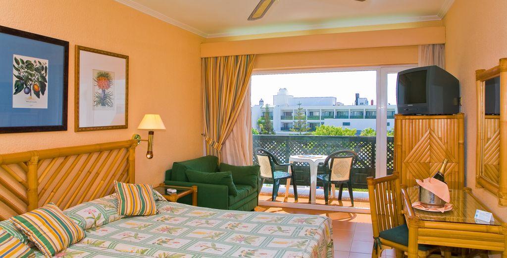 Vous poserez vos valises dans une chambre confortable & lumineuse...