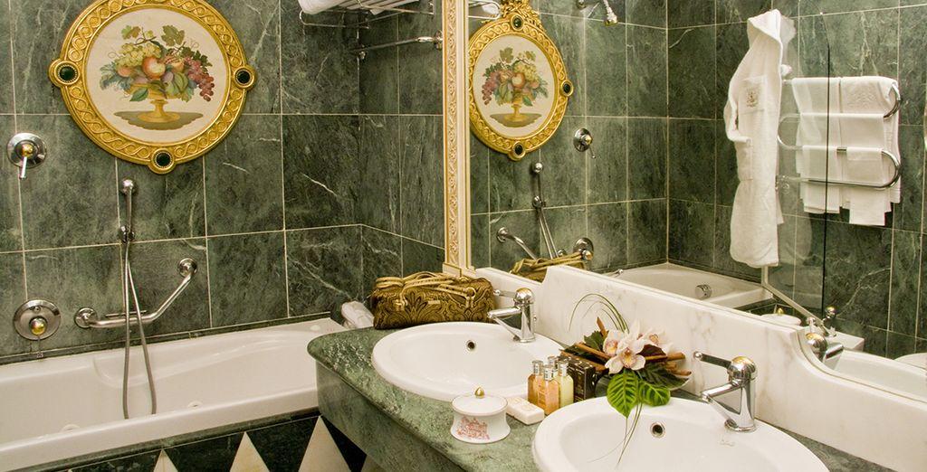 La salle de bain offre une décoration luxueuse