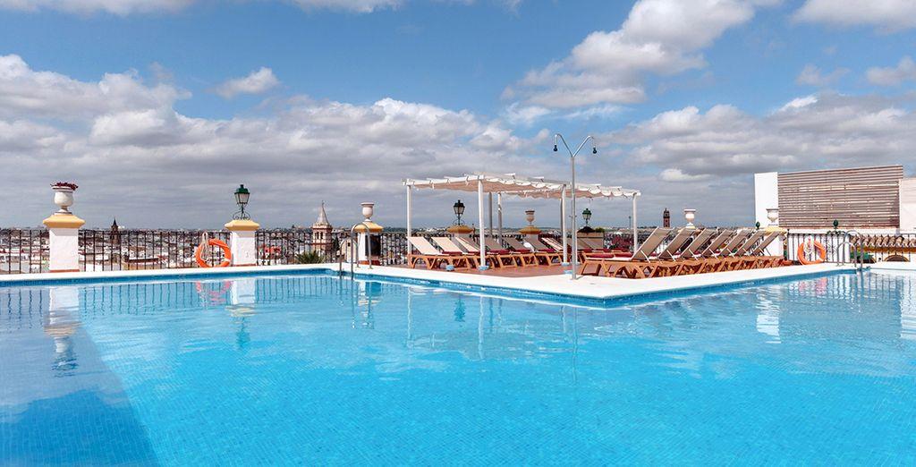 Hôtel mystère 4* à Séville, haut de gamme avec piscine et espace détente au cœur de la ville de Séville