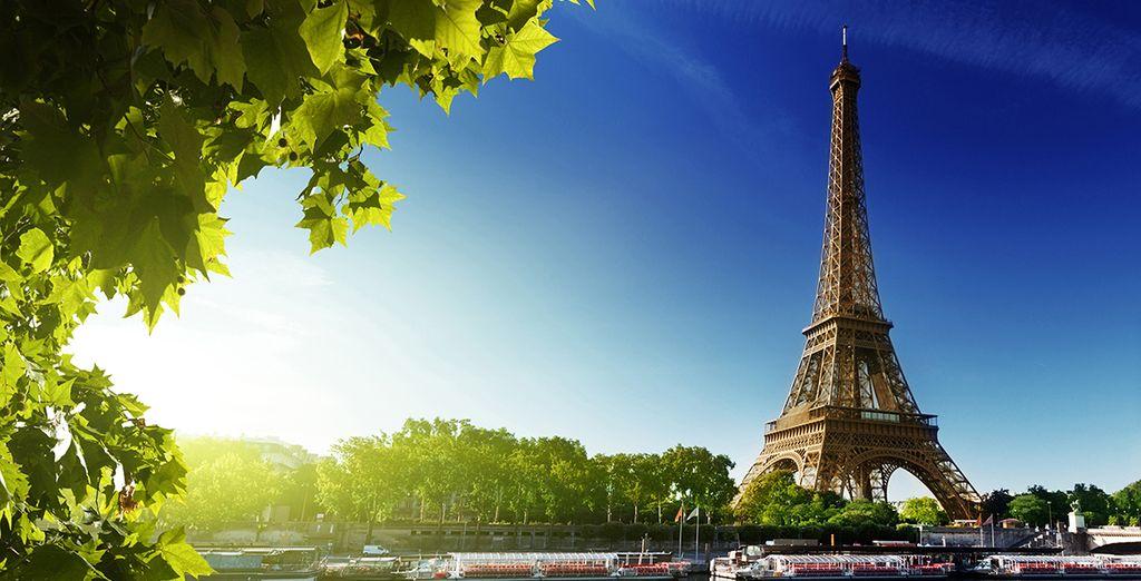 Admirez les monuments emblématiques de Paris depuis la Seine...