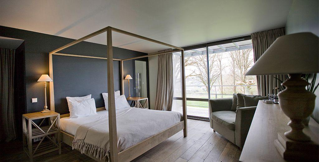 Posez vos valises en chambre contemporaine avec balcon...