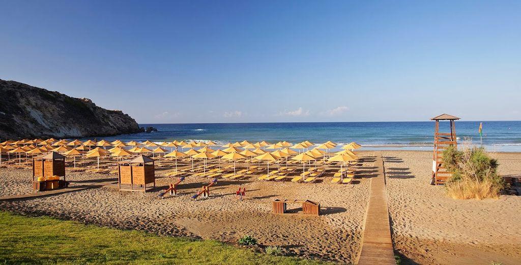 Installez-vous sur une chaise longue ombragée en bord de plage