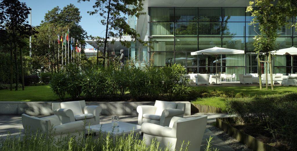 Installez-vous sur la belle terrasse ombragée
